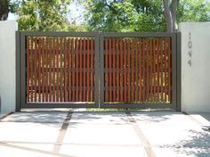 These driveway gate design ideas are totally inspiring and will drop your jaw! Picket Fence Gate, Wooden Fence Gate, Farm Gate, Fence Gates, Wood Fences, Main Gate Design, House Gate Design, Fence Design, Front Gates