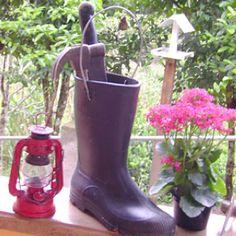 Para guardar ferramentas de jardim. Ótima ideia para aquela galocha sem uso!