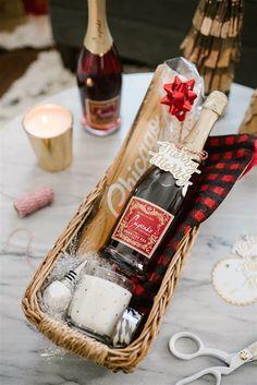 Last-Minute Holiday Idea: Easy, Homemade Gift Baskets – – Gift Basket Ideas Family Gift Baskets, Gift Baskets For Men, Wine Gift Baskets, Christmas Gift Baskets, Basket Gift, Family Gifts, Best Christmas Presents, Diy Christmas Gifts, Holiday Gifts