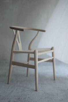 良い椅子に座れば、自然と姿勢も良くなります。自分の居場所には、やっぱりすわり心地の良いチェアを選びたいものです。  ◆画像は後述の「Yチェア」です。