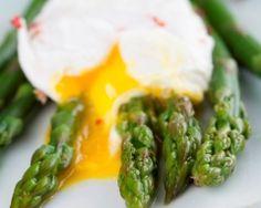 Oeufs pochés aux asperges vertes : http://www.cuisineaz.com/recettes/oeufs-poches-aux-asperges-vertes-66048.aspx