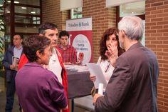 Uno de los objetivos de la Fiesta de la banca con valores era generar diálogo entre empleados, clientes y emprendedores de Triodos Bank. En APAFAM hubo mucha conversación entre ellos...