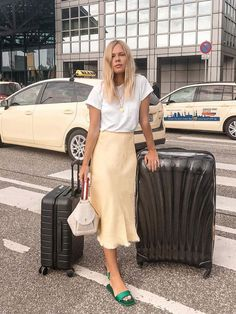 Fashion Dresses Trendy silk midi skirt with simple white tee. Midi Rock Outfit, Midi Skirt Outfit, Skirt Outfits, Easy Style, Satin Midi Skirt, Long Silk Skirt, Slip Skirts, Midi Skirts, Summer Skirts