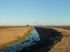 Canal de Riego en espera de agua. Pueblo Yaqui, Sonora.