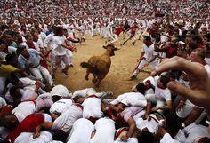 Une vachette fonce dans la foule lors des fiestas de San Fermin à Pampelune (Espagne), le 8 juillet 2012. IVAN AGUINAGA