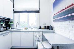 Хитрости планировки маленькой кухни (6 кв. м.). Удачные интерьеры кухни 6 кв. м. Маленькая кухня это далеко не новинка и не диковинка. Владельцы квартир в старых постройках или панельных сооружениях столкнулись с этим явлением и знают, что при правильной планировке возможно качественно и удобно обустроить «коробочку» в 6 кв.м. Что же нужно учитывать. Пространственное … … Читать далее →