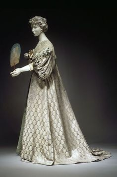 1894 French tea gown from the House of Worth. During the century, it is not appropriate for women to be seen in public wearing a tea gown. They are intended to be worn indoors for informal entertaining. 1890s Fashion, Edwardian Fashion, Vintage Fashion, Edwardian House, Antique Clothing, Historical Clothing, 1800s Clothing, Vintage Gowns, Vintage Outfits