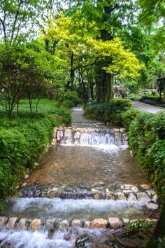 where-to-stay-in-hangzhou-amanfayun  A sidewalk that always trickles a brook...where the monks walk...what a sense of peace.