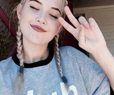 """[FC: OkaySage] """"Hi! I am 17 and Bisexual. I play volleyball and tennis. I am a good girl. I have perfect grades and attendance. The only thing I don't have is friends. Beauty Makeup, Hair Makeup, Hair Beauty, Sage Tullis, Pretty People, Beautiful People, Cute Girls, Cool Girl, Photo D Art"""