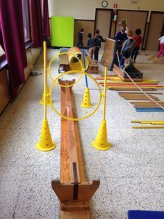 Balanceren met hindernissen : Leerlingen proberen evenwicht te behouden op smalle en/of instabiele evenwichtsvlakken.
