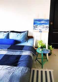 Jayati and Manali share their home tour as the science home décor - the bedroom decorated with green plants, painting frame and rug Indian Room Decor, Indian Bedroom, Ethnic Home Decor, Bohemian Decor, Rental Decorating, Decorating Blogs, Bedroom Window Design, Small Apartment Layout, Boudoir