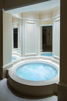 Talk about tranquility. This beautiful, round and utterly lush pool appears Roman inspired with modern touches. By London Swimming Pool Company Samara, Zen Space, Jacuzzi, Corner Bathtub, Swimming Pools, Relax, Lush, Outdoor Decor, Modern