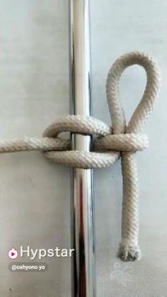 Dies ist ein Marlinspike-Knoten, der am Ende gebunden ist – eigentlich eine Bucht This is a marlin spike knot tied at the end – actually a bay. Survival Knots, Survival Tips, Survival Skills, The Knot, Rope Knots, Macrame Knots, Rope Crafts, Diy And Crafts, Creative Crafts