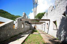 La Grand Chaloupe - Située à flanc de falaise entre La Possession et Saint-Denis, la Grande Chaloupe, haut lieu de l'Histoire de La Réunion, était un lieu de transit de milliers d'immigrants.