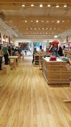 Chikle. Negocio ropa de niños en Catamarca, Argentina Shop Shelving, Retail Shelving, Boutique Decor, Kids Boutique, Baby Store Display, Clever Closet, Storing Clothes, Clothing Displays, Kids Store