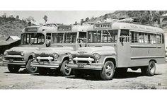 Duas gerações Chevrolet na frota da Viação Águia Branca, de Cariacica (ES): à frente, dois modelos de 1957 com carroceria GM; ao fundo, o primeiro Chevrolet brasileiro encarroçado pela Grassi (fonte: Água Branca).