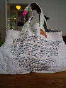 全て手縫いで丁寧に縫い上げた布のバッグです。持ち手は毛糸を編みました。細かい部分もしっかり手縫いで縫ってあります。正面にはどどんと刺繍をしました。内ポケットは...|ハンドメイド、手作り、手仕事品の通販・販売・購入ならCreema。