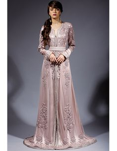 Caftan with rose colour Morrocan Dress, Moroccan Caftan, Style Oriental, Oriental Fashion, Abaya Style, Abaya Mode, Hijab Stile, Arabic Dress, Look Short