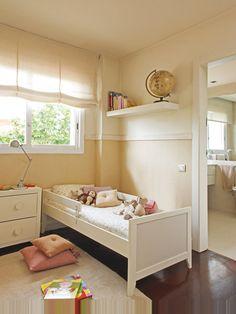 Dormitorio infantil con cama y estor