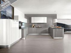 """Cucina angolare moderna """"stondata"""" con basi laccato lucido grigio perla, pensili e colonne laccato bianco lucido."""