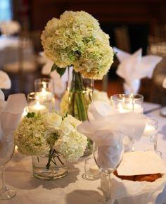 romantische weiße Blumen am Tisch Hochzeit Party Ideen