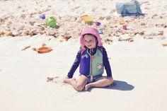 À mettre dans nos valises: des seaux et des jeux de plage compacts Compact, Bucket Hat, Parents, Camping, Beach Games, Buckets, Luggage Bags, Tips And Tricks, Campsite