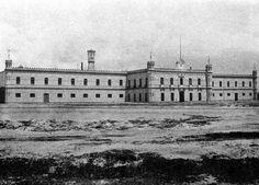 Las inmediaciones de la Penitenciaría de Lecumberri en una toma cercana a 1900. El legendario Palacio Negro fue diseñado por Antonio Torres Torija y abrió sus puertas el 29 de septiembre del mismo año; posteriormente el inmueble se transformó en el Archivo General de la Nación, inaugurado en 1982.