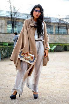 泰国公主 Sirivannavari Nariratana<br>咖啡色 外套 大衣 连体裤 连体衣 连身衣 透明 薄纱 蓝色 高跟鞋 手包  手拿包  手链 戒指 墨镜  2012 Fall/Winter Paris Fashion Week street snap 街拍