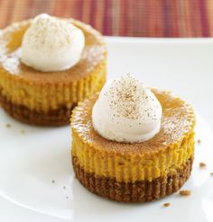 Mini Pumpkin Pie Cheesecakes / These delicious mini-cheesecakes are simple to prepare and make a big impression. Try them for dessert after a dinner party or bring them to a holiday potluck for a fun twist on a classic dessert. Mini Desserts, Classic Desserts, Just Desserts, Delicious Desserts, Dessert Healthy, Pumpkin Cheesecake Recipes, Pumpkin Recipes, Pumpkin Cheescake, Cheesecake Pan