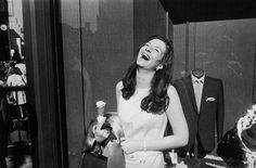Las mujeres son hermosas. Garry Winongrad - http://www.miyoinquieto.com/las-mujeres-son-hermosas-garry-winongrad/ -  Las mujeres son hermosas (1975) es una reconocida serie fotográfica del neoyorkino Garry Winongrad (1928 – 1984), uno de los máximos exponentes de la fotografía callejera. Esta serie, compuesta de 85 fotografías, nos muestra la transformación de la mujer y su evolución en la sociedad duran...  www.miyoinquieto.com