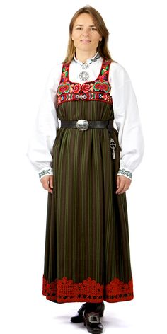 Kyrkjestakk Gol I med omslagsliv. I Øvre Hallingdal (Ål og Hol), gjekk enkelte eldre kvinner med stakk heilt fram til Stakken var eit plagg som vart brukt til alt. Folk Costume, Costumes, Norwegian Vikings, Going Out Of Business, Looking For Someone, Headgear, Traditional Dresses, Norway, Boy Or Girl
