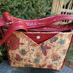 fabricktou Voici la version small du Mambo de Sacotin, en liege et similicuir rouge, intérieur coton toujours avec de multi poches Pieds de sac en dessous et sac fermé par fermeture éclair #sacotin, @patrons_sacotin,
