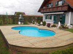 Terrassenboden aus kesseldruckimprägniertem Holz, glatt gehobelt als Einfassung für einen Pool