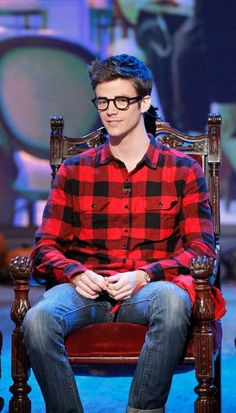 Grant Gustin embraces the nerd look with horn-rimmed glasses & checkered lumberjack shirt Barry Allen Flash, O Flash, The Flash Grant Gustin, Bae, Cw Series, Fastest Man, Supergirl And Flash, Film Serie, The Cw