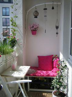 kleiner balkon einrichtungsideen sitzbank kissen treibholz windspiel