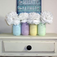 Think well make these with the kids for banks next week with spring break. Pastel painted Mason jars for Spring Spring Home Decor, Spring Crafts, Holiday Crafts, Holiday Fun, Spring Decorations, Flower Decorations, Mason Jar Flower Arrangements, Diy Home Decor Rustic, Diy Ostern