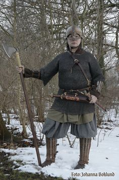 Appears to be a 9th Century viking kit, but the splinted limb armour is more 6th or 7th century. Overall a nice load out.