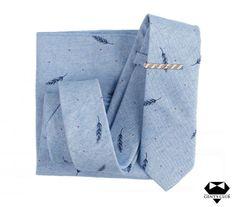 Nyakkendő Zsebkendő Nyakkendőtű Kék, 3 darabos készlet  Férfiaknak szükséges teljes kellékcsomag, ami nyakkendőből, zsebkendőből virágot ábrázoló dísztűből áll. Különleges motívumokat tartalmazó férfi kellékek, amelyeket különleges eseményeken viselik. A csomagot Gent's Club ajándék zacskóban kínáljuk, amihez tanácsokat tartalmazó szórólapot is ajándékozunk a nyakkendő megkötéséhez és a zsebkendő különböző formájú összehajtásához. Club, Accessories, Fashion, Moda, Fashion Styles, Fashion Illustrations, Jewelry Accessories