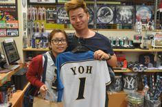 【大阪店】2014.05.31 台湾からお越しのカップル♪陽選手のグッズをご購入いただきました! #npb