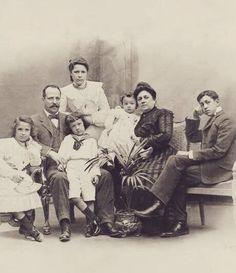 Barcelona, Familia Batllo ( casa Batllo d'Antoni Gaudi ). El industrial textil Sr. Josep Batllo i Casanovas li va encarregar la remodelació d'una antiga Masia a l'arquitecte Gaudi que es va convetir en la gran obra arquitectonica que es la Casa Batllo en la foto de l'any 1904 . L'Industrial Sr. Josep Batllo i la seva dona Sra. Amalia Godo ( de la familia Godo del Diari La VANGUARDIA ) possan amb els seus fills.