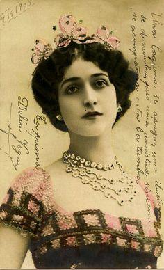 Lina Cavalieri, qui donna son visage aux assiettes 'Tema e Variazioni' de Piero Fornasetti