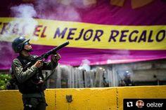 Foto de @oelzer Represión #ccs #caracas #caracascamina  Protestas en Venezuela  10A. Caracas. Autopista Francisco Fajardo.  #instagramers #instavenezuela #elnacionalweb