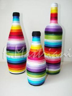 Garrafas decoradas com linhas coloridas.                                                                                                                                                                                 Mais