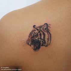 Tiger head tattoo on the left shoulder blade - Tattoo MAG Arm Tattoos Tiger, White Tiger Tattoo, Tiger Head Tattoo, Big Cat Tattoo, Head Tattoos, Mom Tattoos, Animal Tattoos, Tatoos, Rib Tattoos For Women