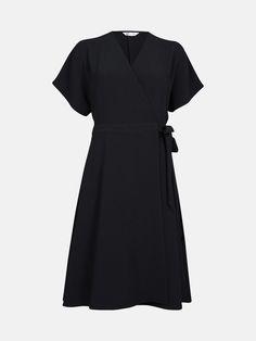 f3d796238673 Kortärmad omlottklänning i kräppad kvalitet med brett knytband i sidan.  Klänningen är vadderad i midjan