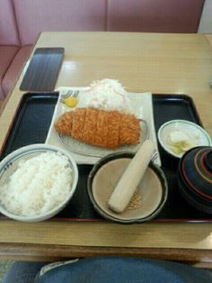 今日のお昼ご飯はロースカツ定食いただいています。