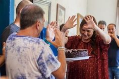 Tem bolo, sim! No aniversário de Elizabeth Savala, a equipe fez uma festinha surpresa para a atriz, com direito a selinho no diretor (Foto: Arthur Meninea / Gshow)