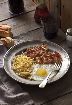 Fried eggs with french fries and bacon Breakfast Recipes, Snack Recipes, Healthy Recipes, Snacks, Good Morning Breakfast, Huevos Fritos, Food Photography Styling, Food Styling, Gastronomia
