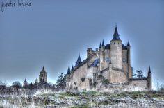 Alcázar de Segovia, con la Catedral de fondo visto desde el rio Eresma.