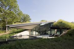 You would be surprised to see our featured house for today because it is totally unique. Bercy Chen Architecture Studio has completed the Edgeland House Green Architecture, Residential Architecture, Architecture Design, Organic Architecture, Underground Living, Underground Homes, House Built Into Hill, Earth Sheltered Homes, Futuristic Home